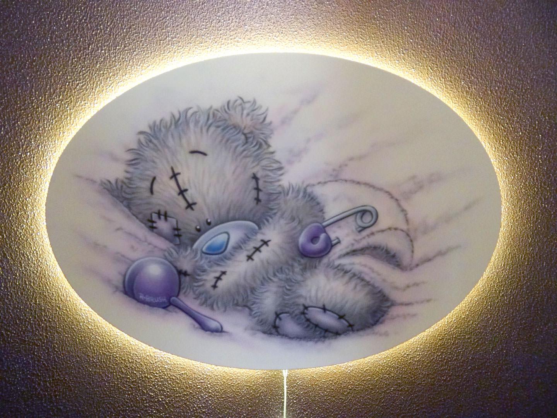 Babykamer schilderij waarachter verlichting is aangebracht.