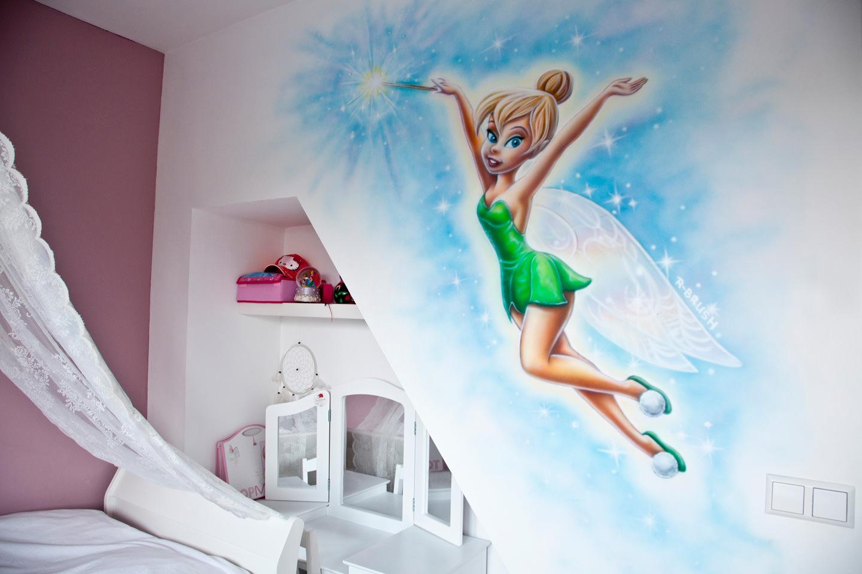 Tinkerbell airbrush muurschildering in meisjeskamer, elfje en sterretjes