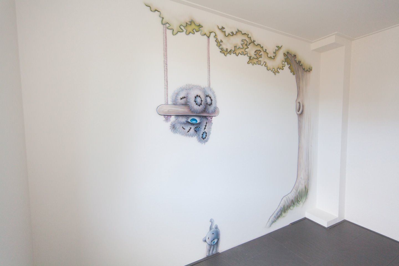 Me to you beertje met katje kinderkamer airbrush muurschildering